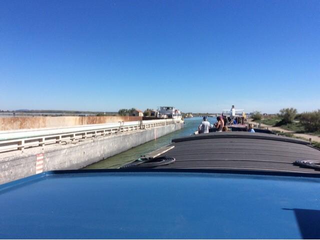 Croisement bateau de commerce canal du rhone a Sete peniche kairos